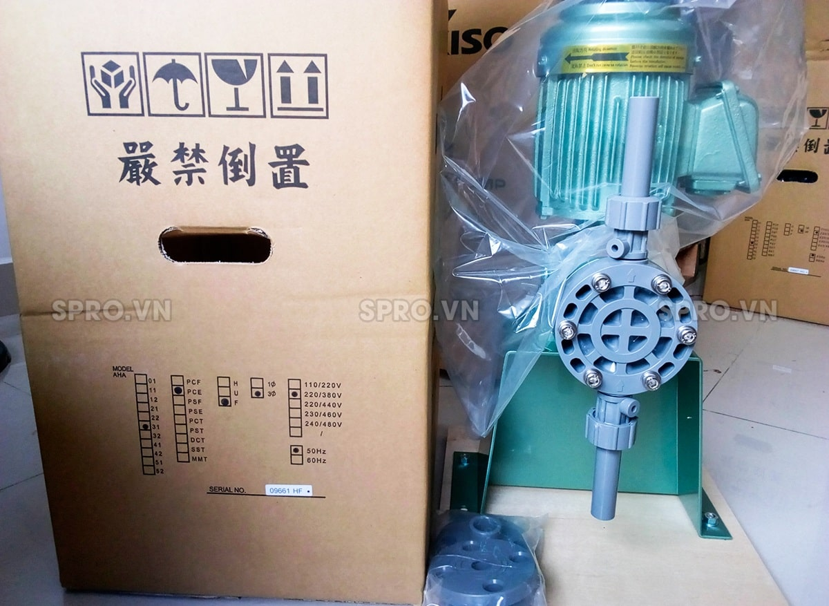 Bơm định lượng Nikkiso AHA 31 PVC được đóng gói bằng thùng carton