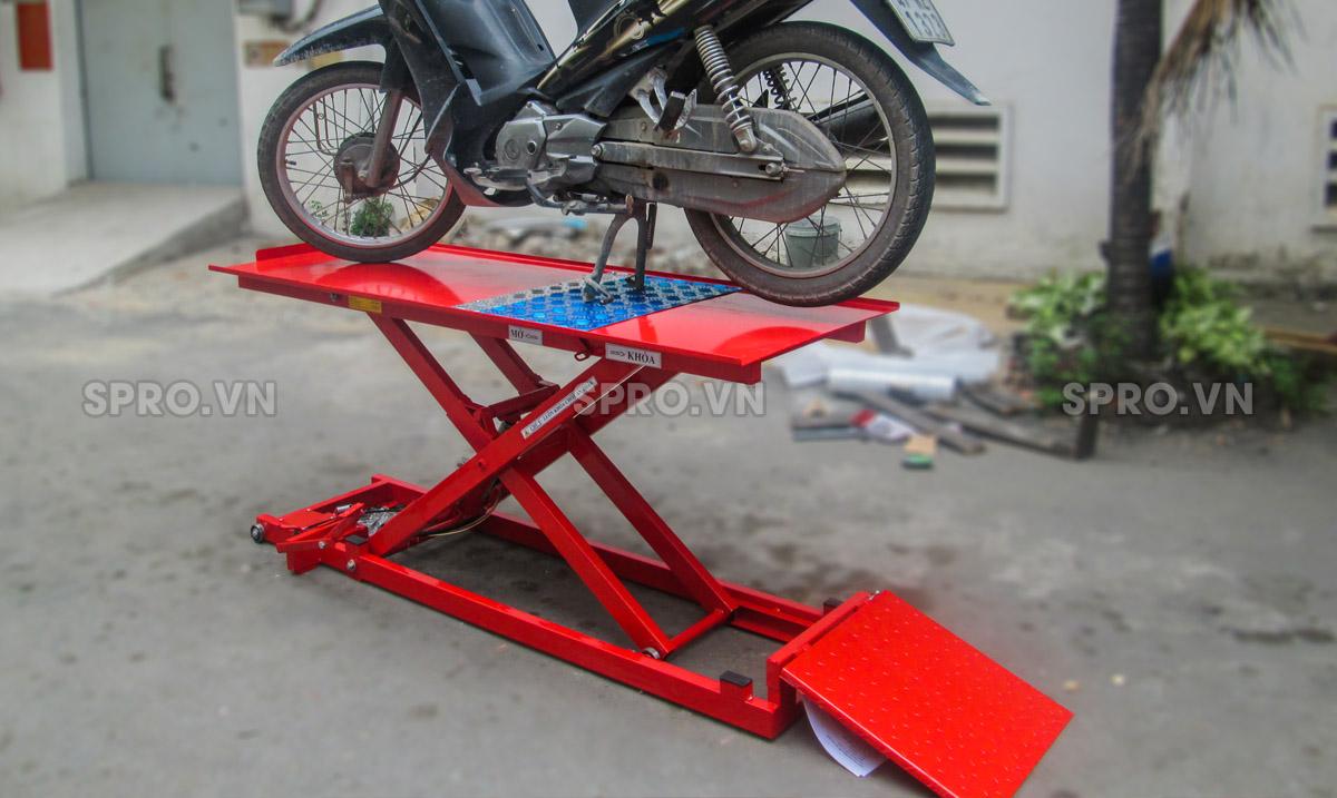 Hướng dẫn sử dụng bàn nâng xe máy cơ đạp chân