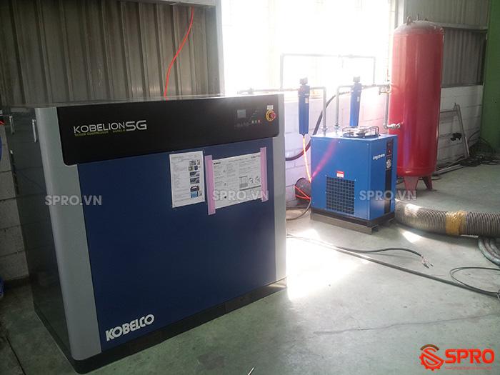 hệ thống chi tiết Máy nén khí trục vít 30HP KOBELCO SG22A 22Kw giá rẻ và bình tích, máy sấy khí